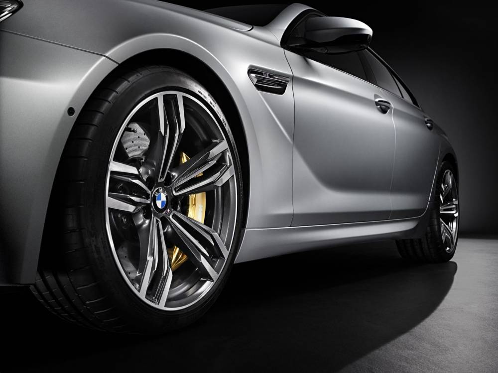 Les freins carbone céramique mis en valeur par les roues de 20 pouces. Superbe!