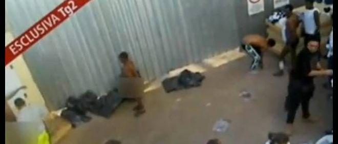 Capture d'écran de la vidéo tournée clandestinement à l'intérieur du centre.On y voit des migrants lavés au jet dans le froid.