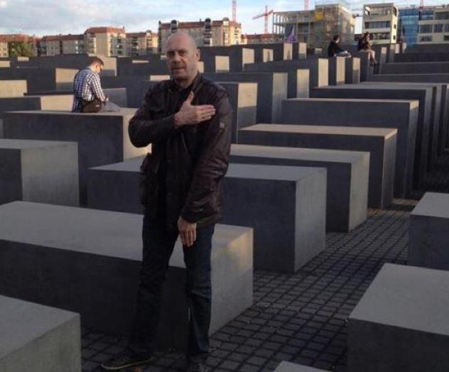 Alain Soral fait une quenelle au Mémorial de la Shoah à Berlin