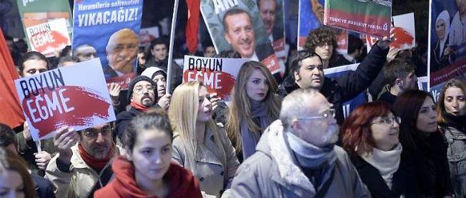 Depuis plusieurs jours, des Turcs descendent dans les rues pour dénoncer la corruption qui règne dans le pays.