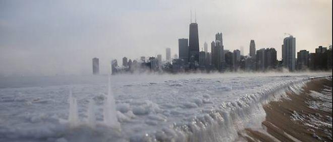 À Chicago, l'avenue de la plage est recouverte par une épaisse couche de glace.