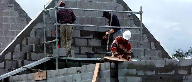 Le nombre de permis de construire accordés aux logements neufs est en baisse.