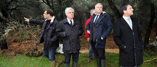 Manuel Valls, le ministre de l'Intérieur (à droite), a annoncé que l'état de catastrophe naturel serait déclaré dans moins de 15 jours dans le Var.