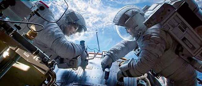 """Dans """"Gravity"""", l'expédition des astronautes Sandra Bullock et George Clooney tourne court."""