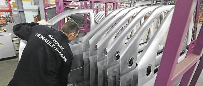 Un ouvrier sur la chaîne de la gigantesque usine Avtovaz, construite par les Italiens à Togliattigrad. Renault-Nissan sera maître des lieux avant l'été.