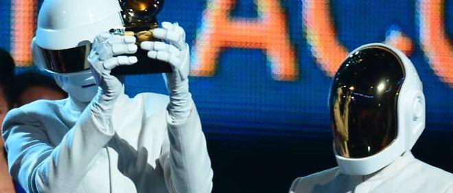 Les Daft Punk avec l'un de leurs Grammy Awards, dans la nuit de dimanche à lundi.