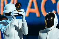 Les Daft Punk avec l'un de leur Grammy Award, dans la nuit de dimanche à lundi. ©Frederic J. Brown