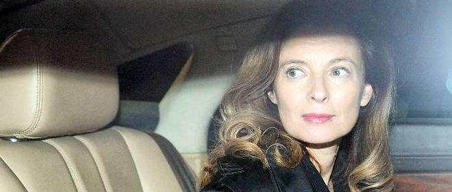 Une partie des responsables politiques de droite ont critiqué la manière dont François Hollande s'est comporté avec Valérie Trierweiler.