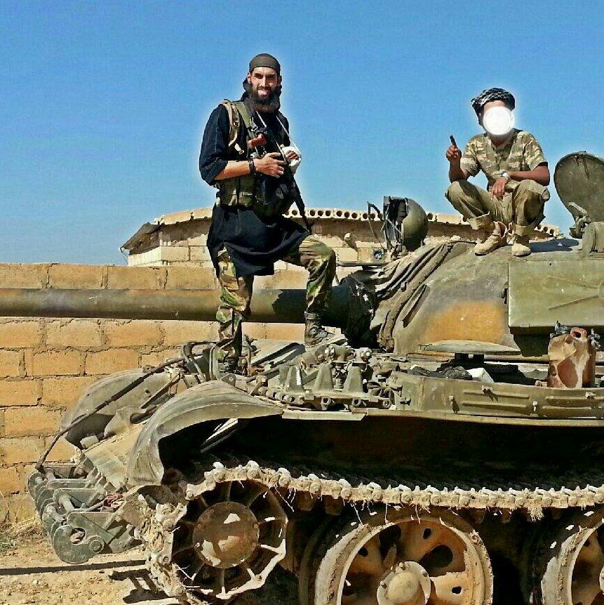 Le djihadiste Yilmaz posant fièrement sur un char du régime syrien