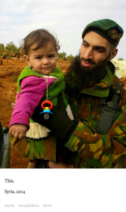 Le djihadiste Yilmaz portant un enfant syrien