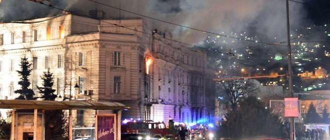 Les pompiers bosniaques ont lutté toute la nuit pour éteindre les incendies provoqués par les manifestants qui protestent contre la pauvreté et la mauvaise gestion du pays.
