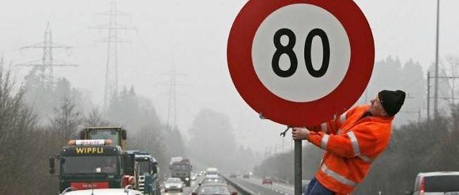 Corollaire d'une expérimentation, le coûteux déploiement de nouveaux panneaux sur les routes concernées.