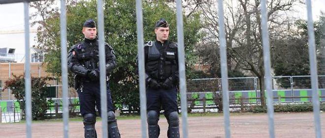 Des policiers devant le centre de rétention administrative de Vincennes.