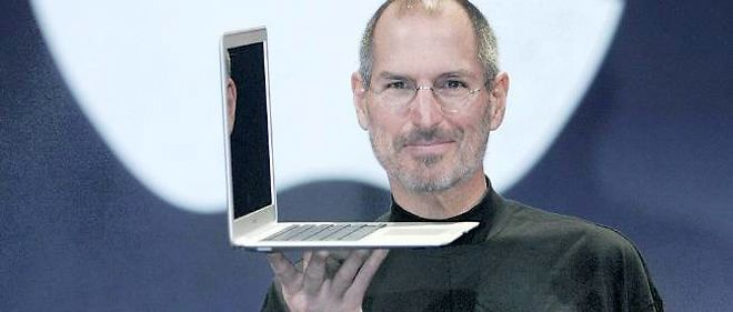 Steve Jobs presente le Mac Book Air en 2008.