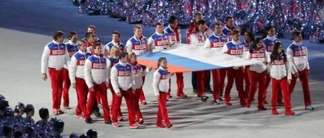 La délégation russe défile fièrement lors de la cérémonie de clôture des JO.