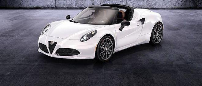 La 4C Spider préfigure le modèle découvrable qu'Alfa Romeo commercialisera début 2015. Outre son toit amovible en toile, elle se distingue du coupé actuel par ses projecteurs protégés par des bulles en polycarbonate.