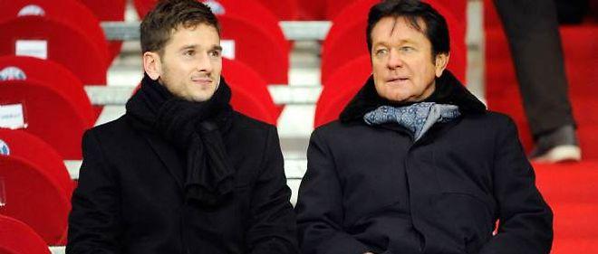 Le président du FC Nantes Waldemar Kita (à droite) et son fils Franck, directeur général du club, ne peuvent plus recruter de joueurs avant un bon moment.