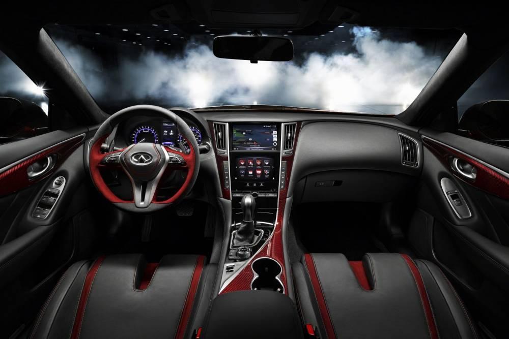 La Q50 Eau Rouge annonce la couleur avec son intérieur gris et rouge mêlant savamment cuir et Alcantara. ©  INFINITI
