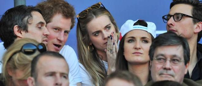 Le prince Harry accompagné de sa petite amie Cressida Bonas, lors du match du tournoi des Six-Nations qui opposait l'Angleterre au Pays de Galles, le 9 mars 2014, à Twickenham.