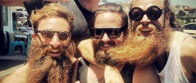 Scott (à gauche), ici en compagnie de deux compères devant un bar de Sydney.