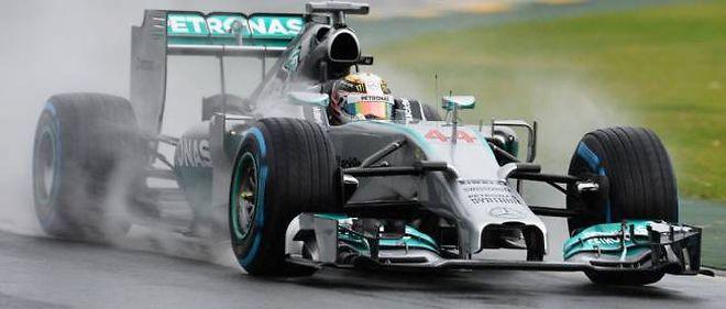 Lewis Hamilton offre à Mercedes la 100e pole position de sa carrière, sous la pluie.