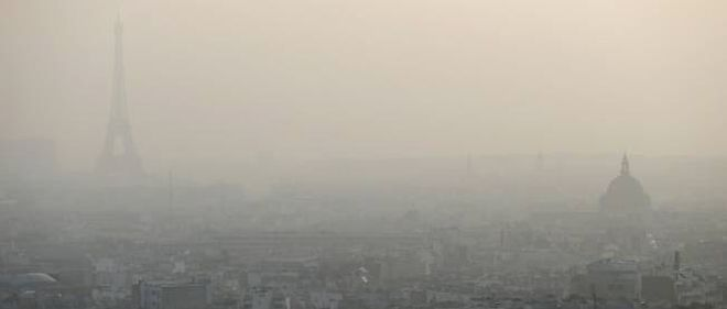 La tour Eiffel sous un voile de pollution.
