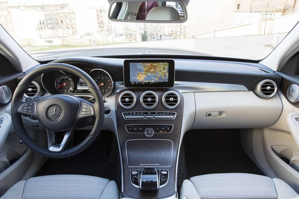 Bois, métal, cuir et grand écran sur demande, tout est envisageable au catalogue. ©  Mercedes