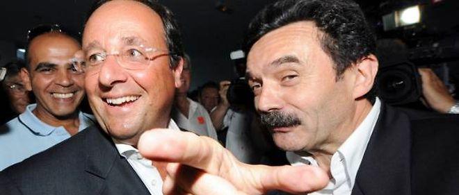 Francois Hollande discute avec le journaliste Edwy Plenel, le 21 août 2008 à Toulouse, lors des Journées d'été des Verts.