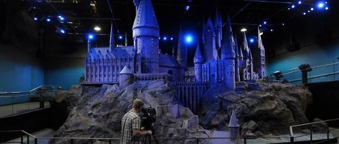 "Une maquette du chateau de Poudlard exposee au ""Warner Bros Harry Potter Studio Tour"", a Londres."