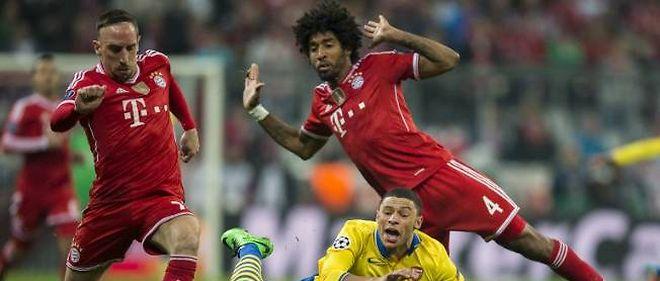 Les Bavarois Franck Ribéry (gauche) et Dante (droite) n'ont fait qu'une bouchée d'Oxlade-Chamberlain et de ses coéquipiers en huitièmes de finale.