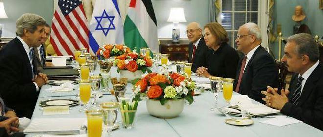 La négociatrice israélienne en chef, Tzipi Livni, assise aux côtés de son homologue palestinien Saeb Erekat (à sa droite), face au secrétaire d'État américain John Kerry (à gauche).