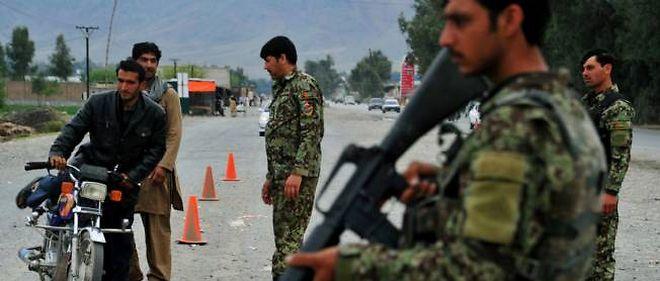 Photo d'illustration. Des forces de sécurité afghanes contrôlant un point de passage à Jalalabad, le 3 avril.