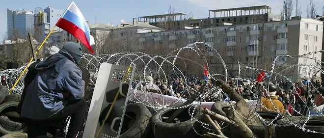 Le drapeau russe flotte sur le siège de l'administration à Donetsk, dans l'est de l'Ukraine.