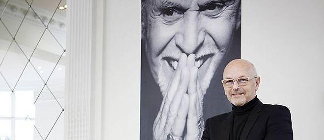 """Michel Dervyn au studio Alexandre de la rue Vivienne, à Paris, devant le portrait de Monsieur Alexandre crédit. ©Marion Kotlarski / REA pour """"Le Point"""""""