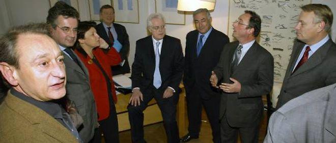 Lionel Jospin entourné de son équipe de campagne en 2002.