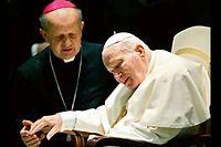 Le cardinal Stanislaw Dziwisz (à gauche) compatit à la souffrance du pape Jean-Paul II, le 15 novembre 2003, lors d'une audience au Vatican. Jusqu'au bout, le fidèle secrétaire sera à ses côtés. ©Patrick Herzog