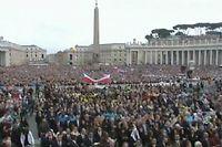 La place Saint-Pierre dimanche 27 avril 2014.