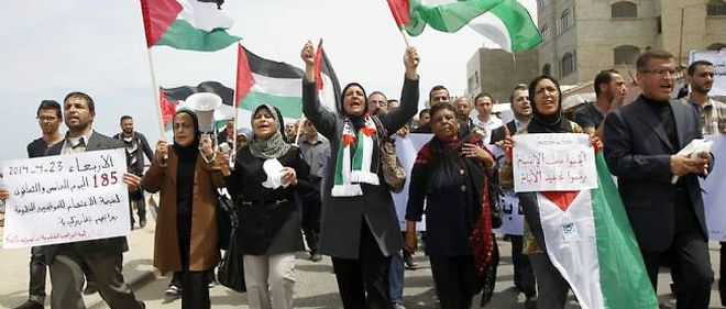 Des manifestants palestiniens scandent des slogans en soutien à la nouvelle tentative de réconciliation, le 23 avril 2014, à Gaza.