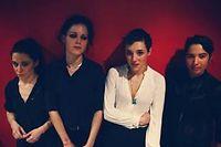 Les membres de Savages. De gauche à droite : Fay Milton (batterie), Gemma Thompson (guitare), Jehnny Beth (chant) et Ayse Hassan (basse).