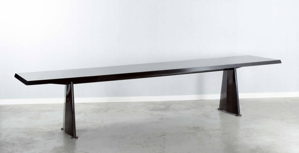 Table Trapèze dite Table centrale, 1956, de Jean Prouvé © Artcurial