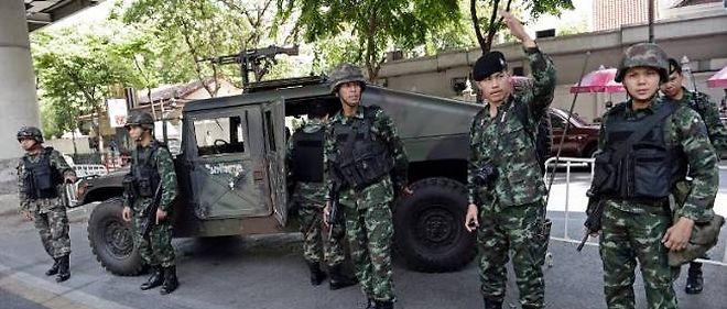 L'armée thaïlandaise devant le quartier général de la police de Bangkok.
