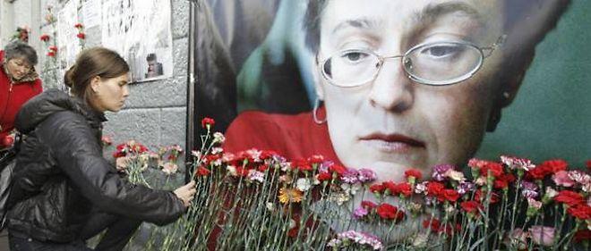 Des badauds rendent hommage à la journaliste russe Anna Politkovskaya, assassinée dans le hall de son immeuble à Moscou en 2006.