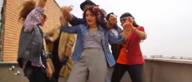 Les six artistes du groupe Happy in Tehran reinterpretant le tube de Pharrell Williams sur les toits de Teheran.