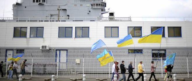 """Des manifestants s'opposent à la vente du """"Mistral"""" Vladivostok à la Russie, dimanche 1er juin à Saint-Nazaire."""