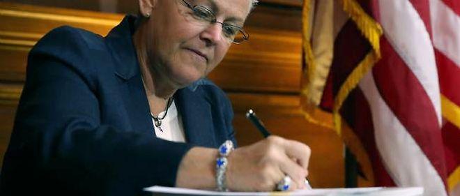 """Gina McCarthy, directrice de l'EPA, en train de signer les nouvelles normes imposées aux centrales électriques polluantes. """"Le stylo est plus puissant que l'épée"""", s'est-elle exclamée avant de parapher le document."""
