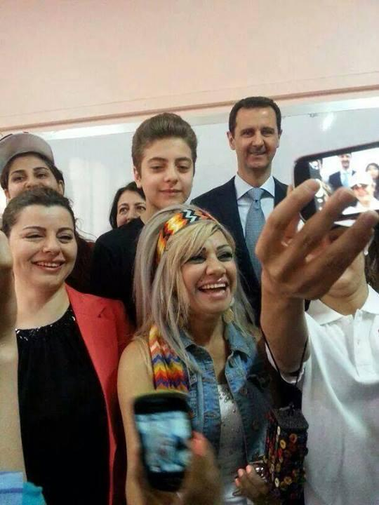 Bachar el Assad se prête à un selfie après avoir voté mardi. ©  DR