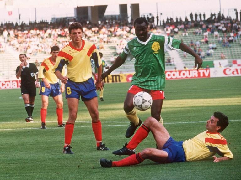 Roger Milla et le Cameroun (ici au 1er tour face à la Roumanie) sont les grosses surprises de ce Mondial. ©  DPA / A0009_dpa / DPA/AFP