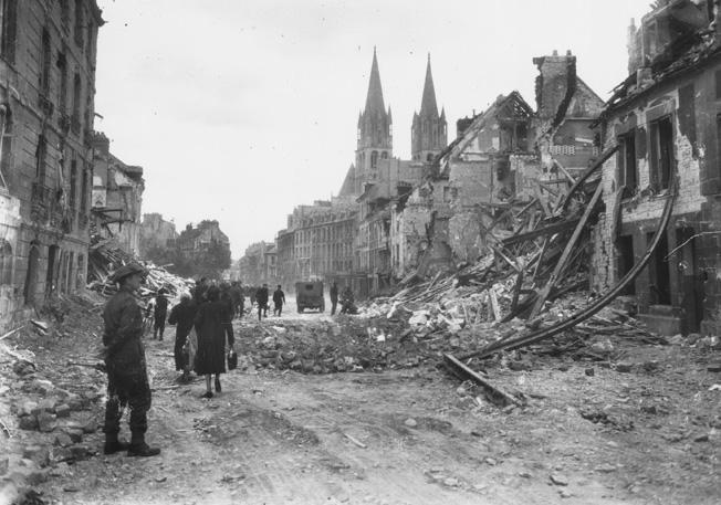 Les habitants de Caen découvrent leur ville après le bombardement. ©  Sipa