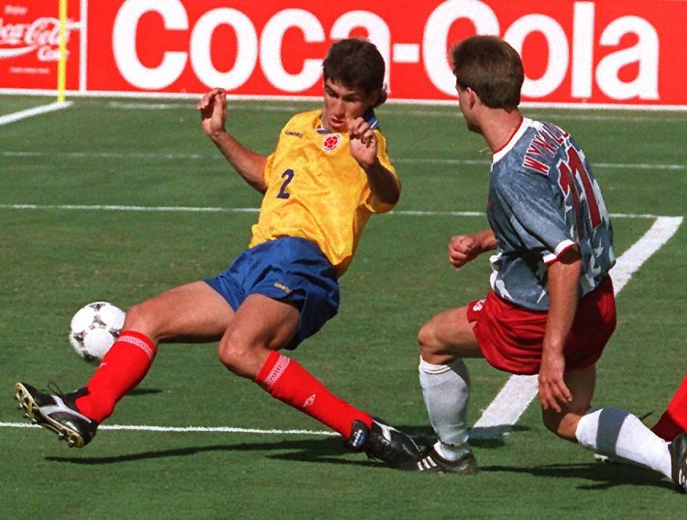 Andres Escobar (en jaune) tué pour avoir marqué contre son camp © MIKE NELSON AFP