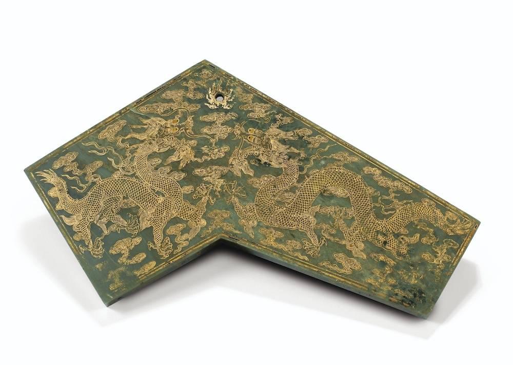 Pierre sonore en jade vert, marque et époque Qianlong. De 180 000 à 220 000 euros. Sotheby's, 10 juin
